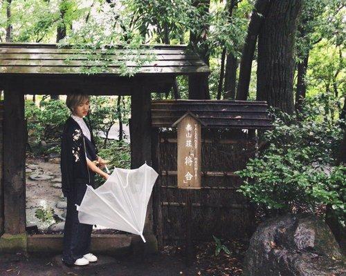 Derek attending a tea ceremony at Taizanso